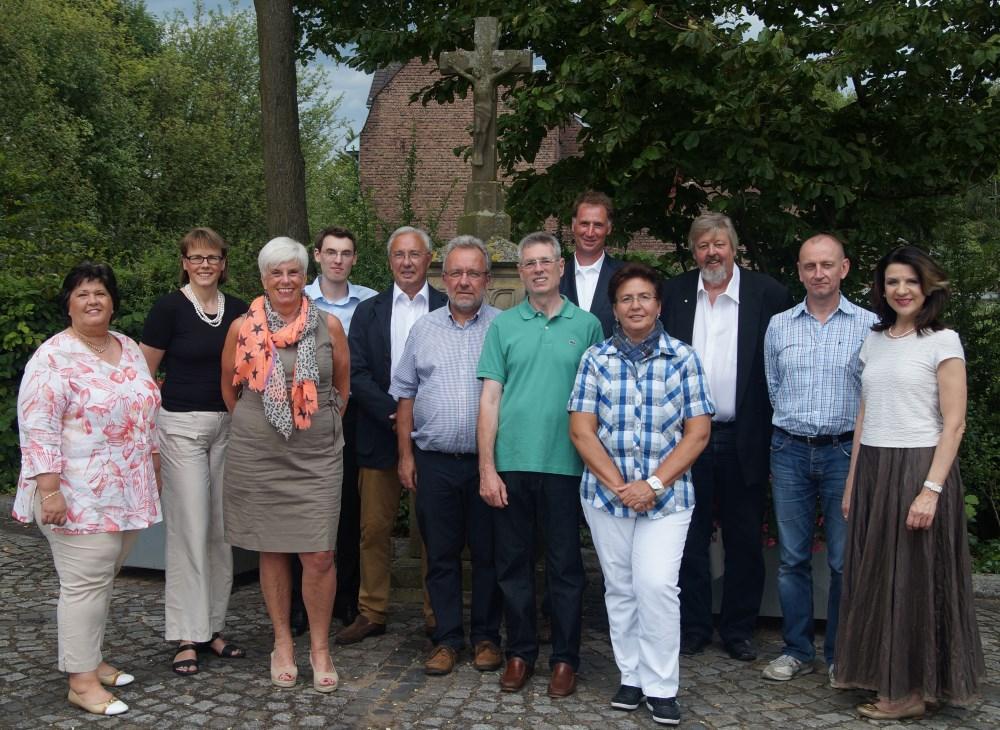 Der Vorstand im Juli 2014 vor dem Löricker Wegkreuz